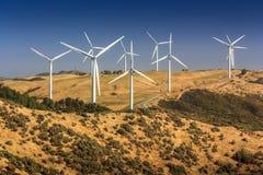 Paisagem com montes e turbinas eólicas Imagens de Stock