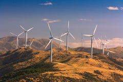 Paisagem com montes e turbinas eólicas Fotos de Stock