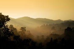 Paisagem com a névoa na montanha Fotos de Stock Royalty Free