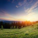 Paisagem com névoa no por do sol das montanhas Fotos de Stock