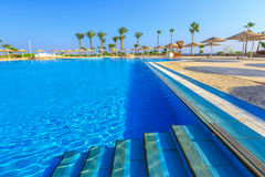 Paisagem com ninguém piscina no hotel de luxo Fotografia de Stock Royalty Free