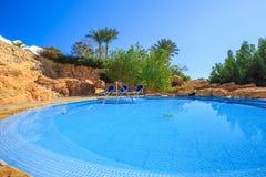 Paisagem com ninguém piscina no hotel de luxo Fotos de Stock