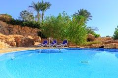 Paisagem com ninguém piscina no hotel de luxo Imagens de Stock