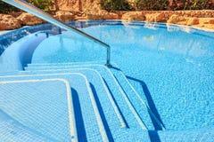 Paisagem com ninguém piscina no hotel de luxo Imagens de Stock Royalty Free