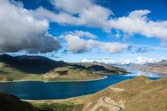 Paisagem com nuvem e montanhas do lago Fotos de Stock Royalty Free