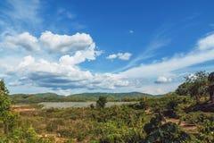 Paisagem com nuvens e céu no campo Foto de Stock Royalty Free