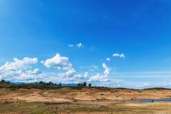 Paisagem com nuvens e céu no campo Imagens de Stock Royalty Free