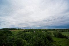 Paisagem com nuvens, floresta Imagens de Stock