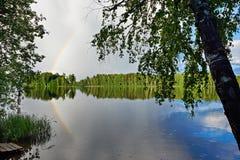 Paisagem com o arco-íris na costa do lago Fotos de Stock