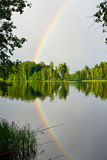Paisagem com o arco-íris na costa do lago Imagem de Stock