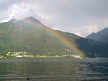 Paisagem com o arco-íris na luz da noite Foto de Stock Royalty Free