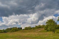 Paisagem com o céu das nuvens de trovão Fotos de Stock