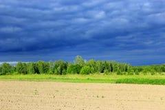 Paisagem com o céu escuro do nuvem tempestuosa antes da chuva Imagem de Stock