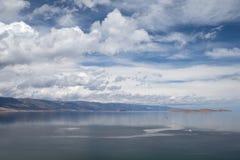 Paisagem com o céu nebuloso bonito sobre o lago Fotografia de Stock Royalty Free