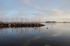 Paisagem com o cais do lago em Finlandia. Imagens de Stock