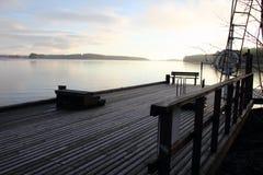 Paisagem com o cais do lago em Finlandia. Foto de Stock