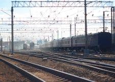 Paisagem com o cruzamento de trilhas de estrada de ferro com trens múltiplos foto de stock