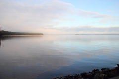 Paisagem com o lago em Finlandia. Fotos de Stock Royalty Free