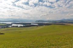 Paisagem com o lago Liptovska Mara perto de Liptovsky Trnovec, Eslováquia imagens de stock