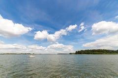 Paisagem com o lago no verão Céu azul Imagem de Stock