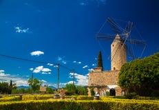 Paisagem com o moinho de vento tradicional em Mallorca Fotos de Stock