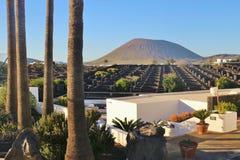 Paisagem com o vulcão em Lanzarote, Ilhas Canárias imagens de stock royalty free