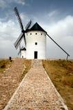 Paisagem com os dois moinhos de vento velhos Fotografia de Stock