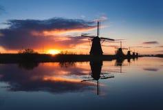 Paisagem com os moinhos de vento holandeses tradicionais bonitos Curso Imagem de Stock