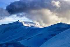 Paisagem com os montes nevado com nuvens tormentosos Fotografia de Stock