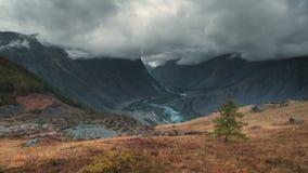 Paisagem com os picos cobertos por nuvens, vista do outono no vale com lago video estoque
