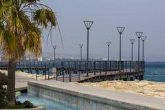 Paisagem com palma, mar e construções Fotografia de Stock