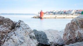 Paisagem com pedras e o farol vermelho Imagem de Stock