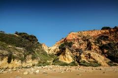 Paisagem com penhasco e dunas na praia perto de Albufeira Portu Imagem de Stock