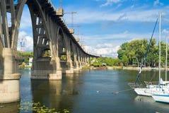 Paisagem com a ponte arqueada estrada de ferro Imagens de Stock Royalty Free