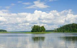 Paisagem com reflexão na água Imagens de Stock Royalty Free