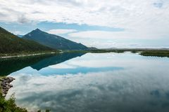 Paisagem com reflexão no lago em Sunny Day Imagens de Stock Royalty Free