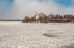 Paisagem com rio congelado Dnepr e igreja ortodoxa Imagens de Stock Royalty Free