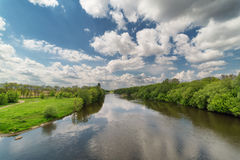 Paisagem com rio e céu com nuvens Foto de Stock