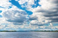 Paisagem com rio e cidade no horizonte Fotos de Stock