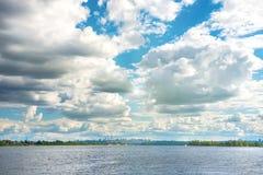 Paisagem com rio e cidade no horizonte Foto de Stock Royalty Free
