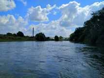 Paisagem com rio e nuvens Imagens de Stock Royalty Free