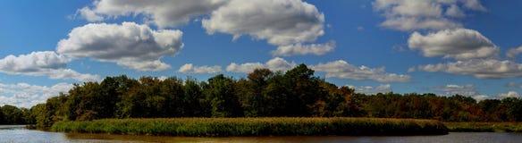 Paisagem com rio e o céu azul Fotos de Stock