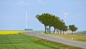 Paisagem com rua e turbinas eólicas Fotos de Stock Royalty Free
