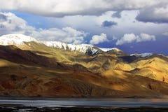 Paisagem com Tso Moriri do lago da montanha Imagem de Stock Royalty Free