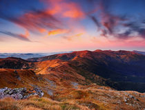 Paisagem com um alvorecer nas montanhas imagens de stock