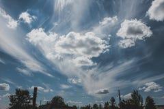 Paisagem com um céu nebuloso azul bonito Fotografia de Stock Royalty Free