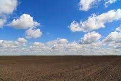 Paisagem com um campo de exploração agrícola Imagens de Stock Royalty Free