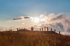 Paisagem com um homem no por do sol Fotos de Stock