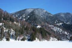 Paisagem com um lago congelado e as montanhas Fotografia de Stock Royalty Free