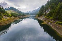 Paisagem com um lago nas montanhas Imagens de Stock